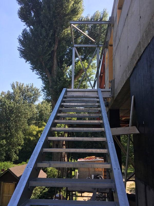 zavesenie schodiska stavby