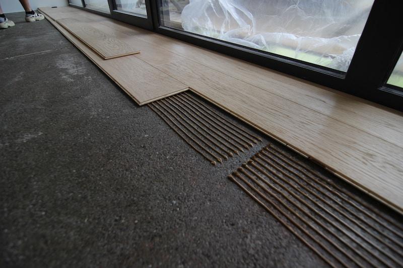 lepenie drevenej podlahy